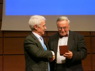 Президент МАИГ К.Дельгадо (Испания) вручает медаль Марселя Арну Б.Хокинсу (Великобритания)